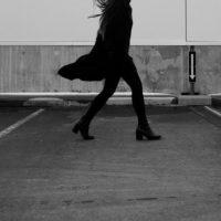 2019秋冬 ブラックのトレンチコート定番色で着こなす